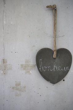 Vosgesparis: Love, bonheur and soft tones Concrete wall with a sinc / zink heart