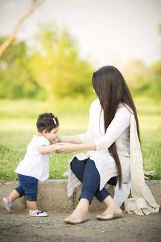 25 Coolest Matching Outfits For Pakistani Mother Daughter - Part 2 Mom Daughter Matching Dresses, Mom And Baby Dresses, Selena, Mother Daughter Fashion, Mother Daughters, Mothers, Mother Daughter Photography, Stylish Girl Pic, Outfit Trends