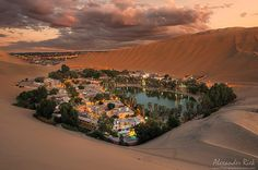 El Oasis de Huacachina rodeada de enormes dunas de arena en el suroeste de Perú .