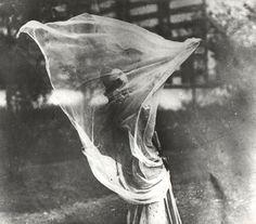 Het is de avond van 13 maart 1905. Die dag markeert het einde van Margreet Zelle en het begin van Mata Hari, de wereldberoemde oriëntaalse danseres. Voor een select publiek danst ze op blote voeten en werpt haar sluiers af op de klanken van Javaanse muziek. De plaats: het Musée Guimet voor Oosterse Kunst in Parijs.