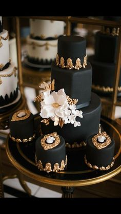 #GoSimpleGoChic All edible classic monochrome base with gold embellishments.