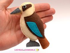 How to Make Stuffed Felt Birds for a Mobile : Felt Craft Projects – Needle Felting Fabric Birds, Felt Fabric, Handmade Ornaments, Felt Ornaments, Xmas Decorations To Make, Aussie Christmas, Christmas 2019, Felt Quiet Books, Cloth Flowers