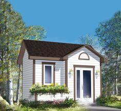 Cette remise se distingue par son architecture unique qui inclut un toit à pignon et un évent en demi-cercle. Elle comprend une fenêtre ornée d'une boite à fleurs et une porte d'entrée entourée de deux luminaires.