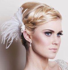 ふわふわ羽のついた髪飾りも、編み込みバングをより彩ります♡フェザーをたっぷり使ったドレスに合わせてプラスしたい!