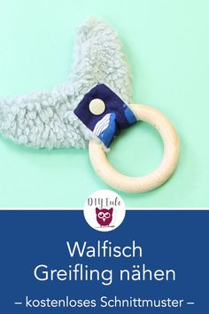 Walflossen Greifling mit Holzring nähen Rough toy sewing in whale fin shape with wooden ring - free Fabric Toys, Fabric Scraps, Newborn Schedule, Diy Bebe, Cute Baby Gifts, Baby Sewing Projects, Baby Makes, Wooden Rings, Sewing Toys