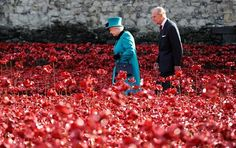 888,246 CERAMIC POPPIES - 1 for every British Commonwealth soldier who died in the First World War @ The Tower of London. More than 18,000 people have volunteered, planting about 70,000 poppies a week. Installation by : Paul Cummins, a 37-year-old ceramic artist. @washingtonpost