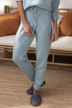The detail of the stylish, knitted pants is the inverted leg openings. Novita Baby Wool with soft merino wool as yarn. Free Knitting Patterns For Women, Christmas Knitting Patterns, Knitting Designs, Knit Leggings, Knit Pants, Trousers Women, Pants For Women, Knitting Accessories, Pants Pattern
