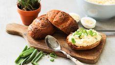 Co svejci natvrdo? Vsaďte na nejrychlejší zdravou verzi vajíčkové pomazánky, která se hodí kvydatnější snídani, lehké večeři nebo jako pohoštění pro návštěvu. Vajíčka obsahují cenné vitaminy ajsou bohaté na bílkoviny, tak se nebojte je zařadit do jídelníčku co nejčastěji. Pesto, Dips, Dressing, Baked Potato, Shrimp, Potatoes, Baking, Ethnic Recipes, Food