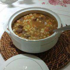 A Receita de Sopa de Legumes com Macarrão é deliciosa e fácil de fazer. Ela é feita com carne, legumes variados – como batata, cenoura, mandioquinha e vage