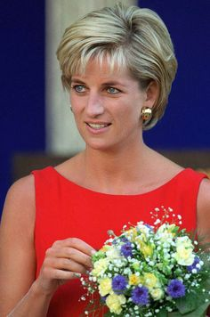 Diana, Princess of Wales wore a red shift dress during a visit to the Northwick Park Hospital in Harrow, London, where she unveiled a foundation stone for the children's casualty department. Princess Diana Photos, Princess Of Wales, Princess Diana Hairstyles, Lady Diana Spencer, Princesa Diana, Short Hair Cuts For Women, Short Hair Styles, Short Wedge Hairstyles, Diana Haircut