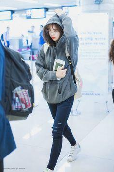 How To Look Good While Traveling: Dress Like Nayeon Photos) Airport Fashion Kpop, Kpop Fashion, Daily Fashion, Korean Fashion, Girl Fashion, Fashion Outfits, Nayeon, Velvet Fashion, Purple Fashion