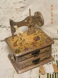 Новости Decoupage Box, Decoupage Vintage, Vintage Sewing, Tole Painting, Painting On Wood, Altered Boxes, Quilt Stitching, Sewing Box, Vintage Shabby Chic