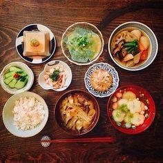 こちらは贅沢な二汁五菜の精進膳と言われているものです。野菜たっぷりでまさに日本の食卓です。汁物が二つの場合もご飯を挟まず、右側に並べて配置させましょう。