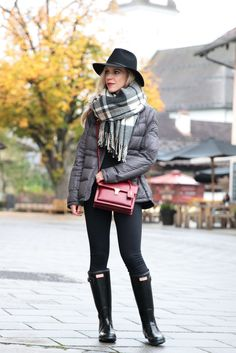 gray puffer coat with plaid blanket scarf, how to wear a blanket scarf, black plaid blanket scarf, black Hunter boots and leggings, Hunter boots outfit with plaid scarf