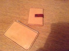 En kortholder og en lille pung i læder.