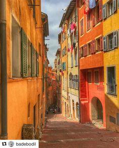 Middelhavets farger. #reiseliv #reisetips #reiseblogger #reiseråd  #Repost @badebodil (@get_repost)  The old Town in Nice#nicefrance #france #holiday #exploretheworld