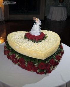 http://www.lemienozze.it/gallerie/torte-nuziali-foto/img28063.html Torta nuziale a forma di cuore con rose rosse