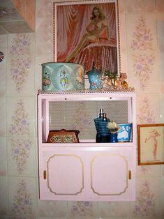 Kitschy 50s pink bathroom