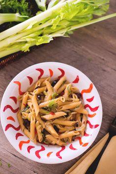 Chiamate a raccolta i vostri amici #vegetariani per gustare insieme al loro questo sfizioso e insolito primo piatto: #pasta con #sedano, #finocchi e #olive taggiasche! (pasta with #celery #fennel and #olives ) #Giallozafferano #recipe #ricetta #veggie
