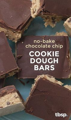 We've turned everyone's favorite favorite chocolate chip cookie dough into a safe-to-eat, safe-to-serve bar that's perfect for summer potlucks and barbecues (or any time you need a raw cookie dough… Homemade Desserts, Gluten Free Desserts, No Bake Desserts, Vegan Desserts, Just Desserts, Delicious Desserts, Dessert Recipes, Yummy Food, No Bake Cookie Dough