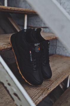 Las Reebok Classic Leather son esas zapatillas que nunca pasan de moda⚡️ Se adaptan a todas las tendencias y año tras año vuelven a nosotr@s❤️ ¿Os gusta este clásico?😉 Mens Fashion Shoes, Men S Shoes, Sneakers Fashion, Black Sneakers Outfit, Casual Sneakers, Converse All Star, Reebok Classic Sneakers, Basket Noir, Moda Masculina