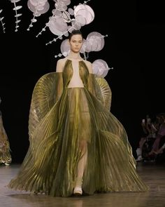 Iris van Herpen Official Enchanting dressed in 'Hypnosis' Couture, undulating over the runway at ∞ Show credits Styling: Fashion Videos, Fashion Show, Fashion Outfits, Fashion Design, Fashion Details, Fashion Fashion, Elegant Gold Dress, Conceptual Fashion, Iris Van Herpen