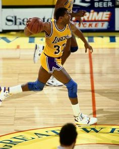"""Magic Johnson starring in """"Showtime Bounce Pass"""" in L. Basketball Legends, Love And Basketball, Sports Basketball, Basketball Players, Larry Bird, Showtime Lakers, Nba Championships, Magic Johnson, American Sports"""