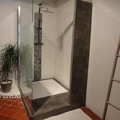 """Ruban de douche : idée à reprendre avec des mosaïques si c'est trop cher pour toute la douche. J'aime l'effet final, la douche est très simple finalement, toute blanche, avec juste ce """"ruban"""" sous la douchette qui la réveille et qui fait écho à la couleur du pan de mur devant. On peut aussi reprendre un ruban de mosaique comme crédence de lavabo ou sur un pan de mur étroit."""