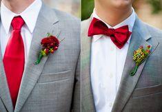 Cinza claro com gravata borboleta vinho.