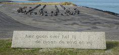 Oosterscheldedam - Neeltje Jans. Monument bij de Stormvloedkering Oosterschelde. Met een gedicht van Ed Leeflang: 'Hier gaan over het tij, de maan de wind en wij'. Gerealiseerd in 2008 door Jan van den Broeke. Foto: g.J. Koppenaal - 21/2/2017.