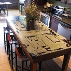 Door table or door end tables Happiness Crafty: DIY Recycled Old Door & Window. So many options, I don't know what to do with my beautiful antique door :/ Sweet Home, Diy Casa, Diy Kitchen Island, Rustic Kitchen, Dyi Kitchen Table, Reclaimed Kitchen, Narrow Kitchen, Kitchen Doors, Cheap Kitchen
