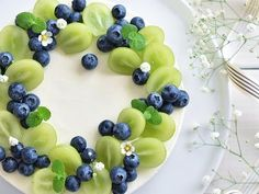Fruit cake - fresh fruit with cream makes the fruit cake delicious and beautiful. - Fruit cake - fresh fruit with cream makes the fruit cake delicious and beautiful. Food Cakes, Cupcake Cakes, Cupcakes, Fruit Cakes, Sweets Cake, Fruit Decorations, Food Decoration, Decorating Ideas, Desert Recipes