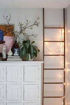 8 ideas geniales para decorar con una escalera de madera - https://decoracion2.com/decorar-con-una-escalera-madera/ #Escaleras_De_Madera, #Estanterías_Con_Escaleras, #Toallero_Escalera
