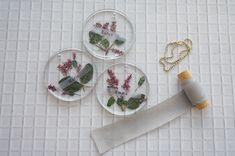 UVライトのいらないレジン!押し花を閉じ込めたオシャレ席札の作り方 / ペーパーアイテム 席札 春ウェディング 装飾アイテム / WEDDING | ARCH DAYS Diy Resin Art, Diy Resin Crafts, Diy And Crafts, Resin Jewelry Making, Pressed Flower Art, Useful Life Hacks, Epoxy, How To Make, Handmade