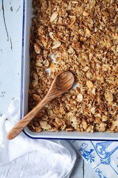 Rezept für Honig Mandel Granola Müsli selbstgemacht Joghurt Frühstück mit Bananen und Honig zuckerzimtundliebe foodblog einfaches granola rezept foodstyling foodphotography zuckerzimtundliebe