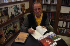 Ahmet Ada, kitap imzalarken 27 Nisan 2014 Sokak Kitabevi, Mersin, Fotoğraf: Sinem