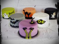 The whole Halloween gang by Mina Magiska Bakverk (My Magical Pastries) Halloween Desserts, Halloween Cupcakes, Plat Halloween, Theme Halloween, Holidays Halloween, Halloween Decorations, Haloween Cakes, Halloween Birthday Cakes, Spooky Halloween