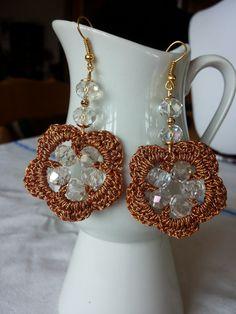 Orecchini in lurex color rame e perle trasparenti
