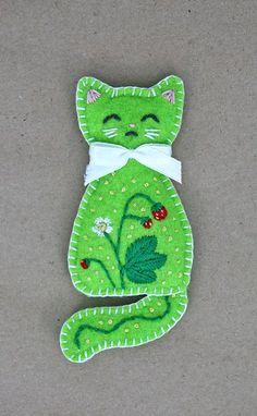 The Wild Strawberry kitten of summer brooch by Ailinn-Lein on DeviantArt Felt Embroidery, Felt Applique, Felt Patterns, Craft Patterns, Felt Christmas Ornaments, Christmas Crafts, Fabric Crafts, Sewing Crafts, Felt Brooch