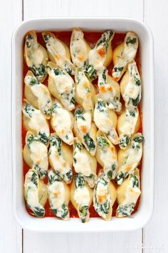 Spinach and Feta Stuffed Shells in Tomato Sauce with Grilled Mozzarella. Bruschetta, Oven Dishes, Spinach And Feta, Cooking Recipes, Healthy Recipes, Casserole Recipes, Pasta Salad, Food Porn, Food And Drink