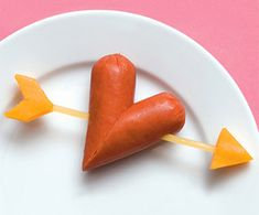 'Heart' hot dogs, cheese, spaghetti snacks for kids.maybe not the healthiest of snack options but certainly cute for kids who love hot dogs this Valentine's Day. Valentines Day Food, Valentine Treats, Puppy Valentines, Valentines Hearts, Valentine Party, Cute Food, Good Food, Food Humor, Creative Food