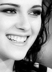 Kristen Stewart, SEE! She can to smile!