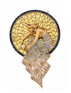 Lluís Masriera Rosés - Broche colgante con ninfa. En oro, diamantes talla rosa, 0,26 cts, rubíes talla redonda, 0,03 cts, perla cultivada, 3,5 mm diám, esmalte 'plique-à-jour' y símil de zafiros. | Balclis - Barcelona.