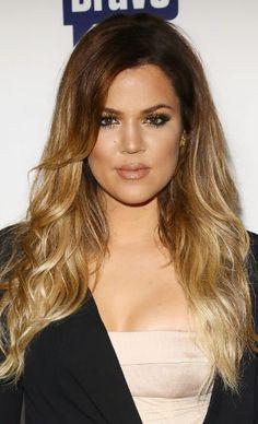 Khloé Kardashian apostou nas mechas claríssimas a partir da altura do rosto para enfrentar as altas temperaturas do verão que já marca prese...