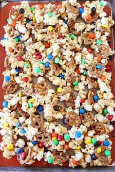 Try this sweet treat for GAME DAY! Sweet and Salty Marshmallow Popcorn recipe. Everyone loves this sweet and salty popcorn! Such a fun treat! Popcorn Mix, Popcorn Snacks, Popcorn Balls, Flavored Popcorn, Sweet Popcorn Recipes, Gourmet Popcorn, Marshmallow Popcorn, Christmas Treats, Christmas Baking