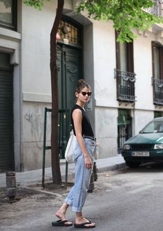 She is doing it Aussie style . Spring Street Style, Street Style Women, Spring Summer Fashion, Alba Galocha, Fashion Story, Fashion Outfits, Minimalist Fashion Summer, Most Beautiful Models, Hipster Fashion