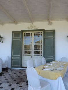 The Clos St Louis restaurant of the Domaine Les Pailles serves mainly Mauritian and French cuisine.