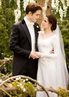Remember when Bella Swan married Edward Cullen and it seemed just like K. Stew was tying the knot with R. Patz for real?Kristen Stewart in The Twilight Saga: Breaking Dawn (Part Twilight Edward, Film Twilight, Die Twilight Saga, Twilight Breaking Dawn, Twilight Stars, Bella Swan Wedding Dress, Twilight Wedding Dresses, Movie Wedding Dresses, Wedding Movies