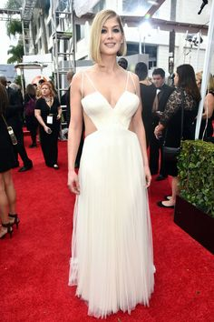 Golden Globes Red Carpet 2015 - Pictures from 2015 Golden Globes Red Carpet - Harper's BAZAAR - Rosamund Pike in Vera Wang