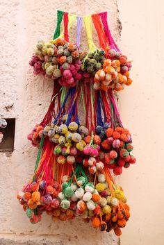 """"""" Tulmas """" de la Quebrada de Humahuaca. Se utilizan como adorno, y son de lana o fieltro."""